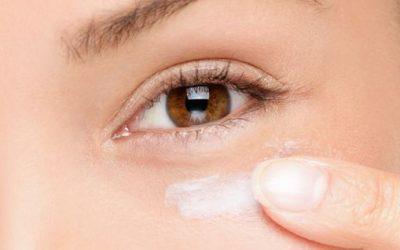 Clarear olheiras com receitas caseiras e produtos especializados